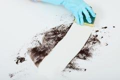 Handreinigungsschmutz auf Tabelle mit Schwamm Lizenzfreie Stockfotografie