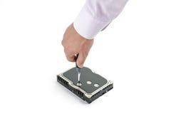 Handrepairmanen skruva av 3na 5 tum hårddiskräkning med en skruvmejsel Arkivfoton