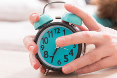Hands on the alarm clock Royalty Free Stock Photos