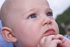hands att be för spädbarn Arkivfoto