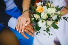 hands att gifta sig för nygift personcirklar Arkivfoton