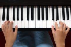 hands att leka för piano Arkivbilder