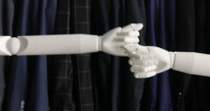 hands att uppröra för robotar Moderna Robotic teknologier Robotar hälsar sig arkivfilmer