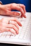 hands bärbar datorskrivande Arkivbild