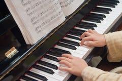 Hands det leka pianot Royaltyfria Foton