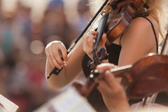 Hands of the girl playing the violin Royalty Free Stock Photos