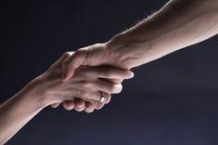 hands handskakningmankvinnan Royaltyfria Foton