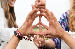 Hands of hippie friends showing peace sign Royalty Free Stock Photos