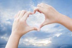 hands hjärtaform Arkivfoto