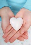 hands hjärtaholdingen Royaltyfri Bild