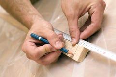 hands mätande trä Royaltyfri Bild