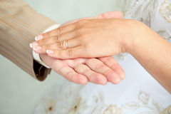 Hands, man's and female, with wedding rings Royalty Free Stock Photos