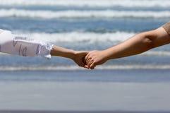 hands person på bröllopsresa Arkivfoto