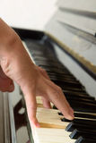 Hands playing piano Royalty Free Stock Photos