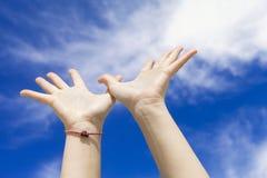 hands skyen till Arkivfoto