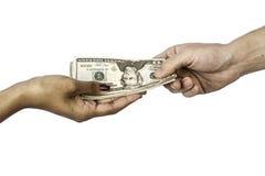 Hands som utbyter pengar Arkivfoton
