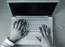 hands tangentbordbärbar dator Arkivfoto