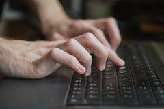 hands tangentbordbärbar datorskrivande Royaltyfri Foto