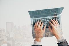 hands tangentbordbärbar datorskrivande Arkivfoton