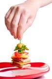Handsammeln-Aperitifsandwich von der roten Platte Stockbild