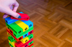 Handsammelnblock bunter Spiel jenga Nahaufnahme auf hölzernem Hintergrund Lizenzfreies Stockfoto