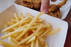 Handsammelnpommes-frites Hohe Kalorien der ungesunden Fertigkost Lizenzfreies Stockbild