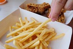 Handsammelnpommes-frites Hohe Kalorien der ungesunden Fertigkost Stockfotos