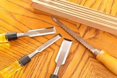Handsaw en Houten Beitels stock afbeelding
