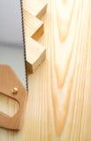 Handsaw et bois de construction d'image de Copyspace photos stock