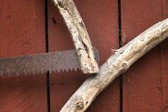 Handsaw hecho a mano oxidado viejo en una pared Imágenes de archivo libres de regalías