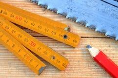 Handsaw, metro del carpintero, lápiz Fotografía de archivo