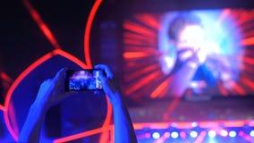 Handschattenbild-Aufnahmevideo des Live-Musik-Rockkonzerts mit Smartphone stock video