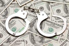 Handschellen auf Dollarbargeld Stockbilder