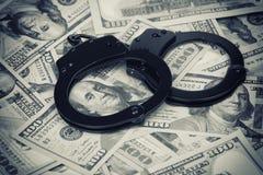 Handschellen auf Geld Lizenzfreie Stockfotos