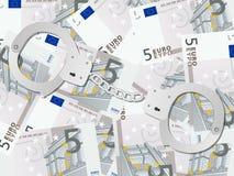 Handschellen auf Hintergrund des Euros fünf Stockbild
