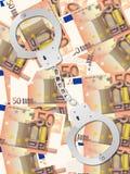 Handschellen auf Hintergrundvertikale des Euros fünfzig Stockfotografie