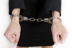 Handschellen auf womans Händen. Stockfotos