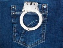 Handschellen in der Jeanstasche Lizenzfreie Stockbilder