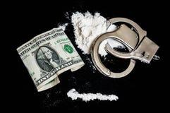 Handschellen, Geld und Drogen auf schwarzem Hintergrund Lizenzfreies Stockfoto