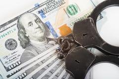 Handschellen, Geld und Gewehr Stockbilder