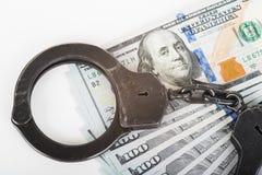 Handschellen, Geld und Gewehr Lizenzfreies Stockfoto