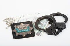 Handschellen, Geld und Polizei Stockfotos