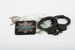 Handschellen, Geld und Polizei Stockbilder