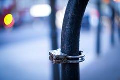 Handschellen London auf Metallrohr lizenzfreies stockbild
