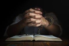 Handschellen und die heilige Bibel Konzept-Bild von jemand das Rel lizenzfreie stockfotos