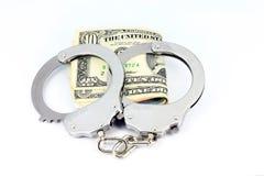 Handschellen und Geld Lizenzfreie Stockfotos