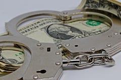 Handschellen und Geld Metall stockfoto