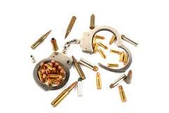 Handschellen und Gewehrkugeln Stockbild