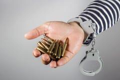 Handschellen und Munition Lizenzfreie Stockfotos