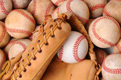 Handschoen op Stapel van Oude Baseballs Stock Afbeeldingen